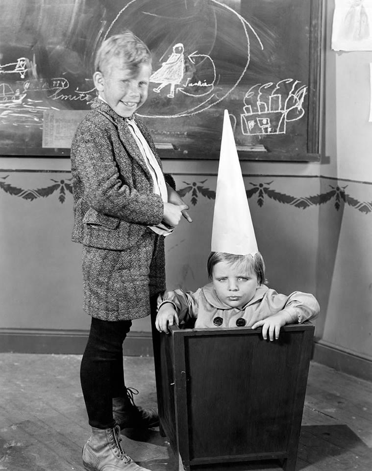 """Фотозагадка. """"Коробка з йолопом"""", або покарання дітлахів майже до середини ХХ ст.?"""